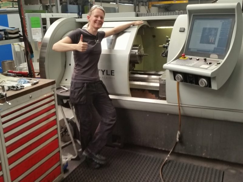 Marjolein Doets aan haar CNC machine
